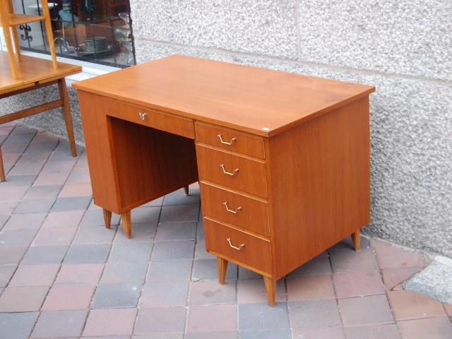 Skrivbord m inbyggd bokhylla ~ Möbeldepån