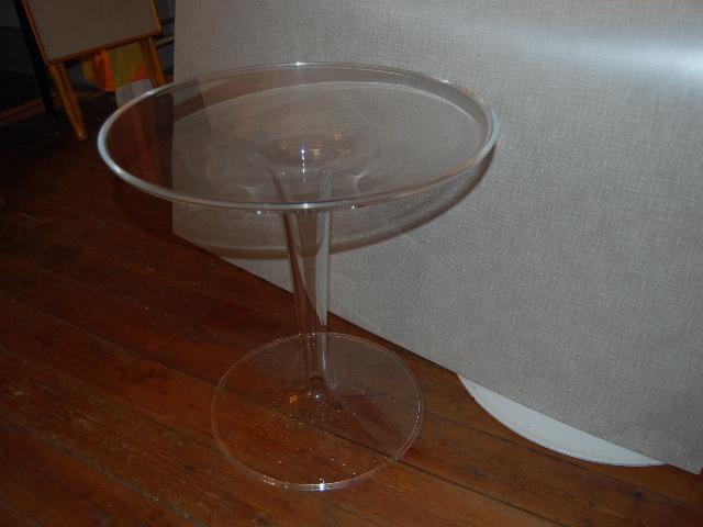 plast bord Litet bord i plast. ~ Möbeldepån plast bord